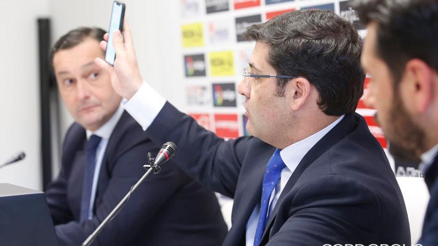 León enseña el mensaje de Carlos González en su móvil   ÁLEX GALLEGOS