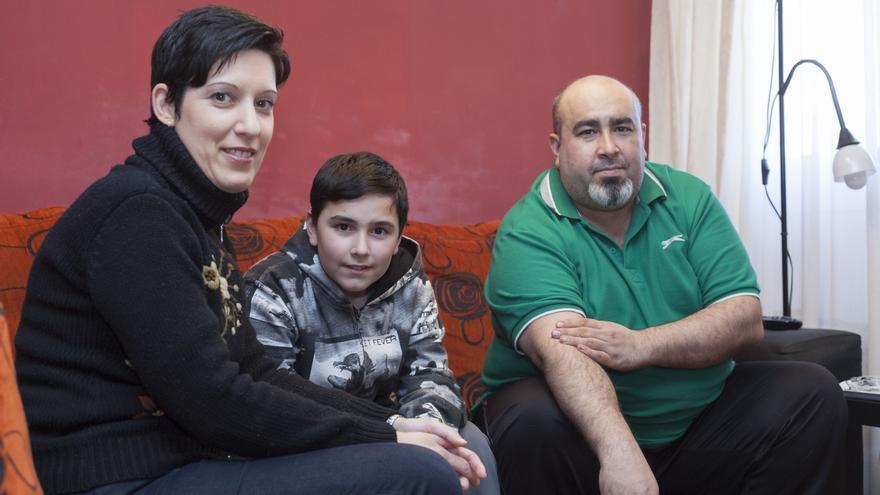 Gloria, Javier y su hijo conservan la casa, pero siguen malviviendo. Foto: Juan Manzanara