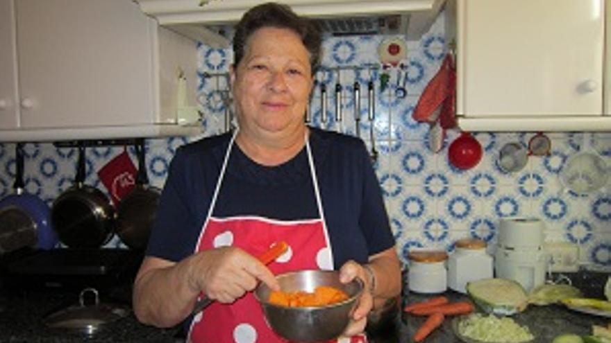 En la imagen, Carmen Nieves Duque elaborando un potaje en su cocina.