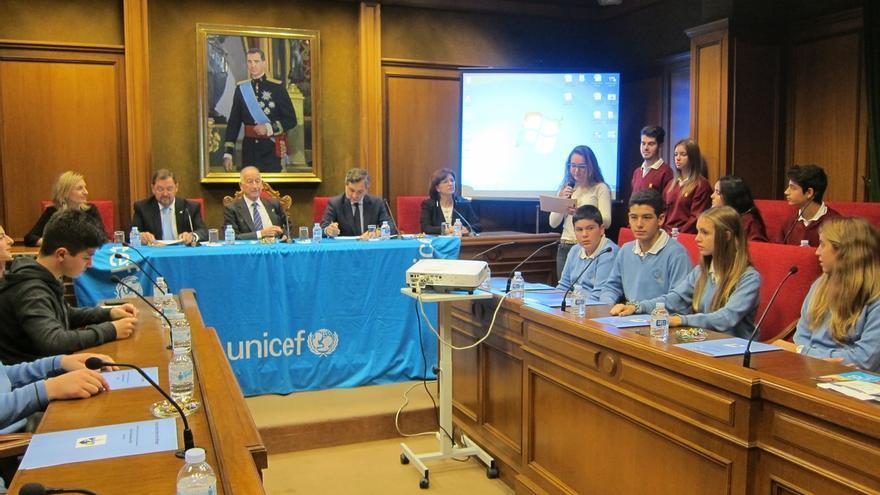 """Amat anima a los jóvenes a """"estudiar y prepararse"""" en un pleno infantil celebrado con el apoyo de Unicef"""