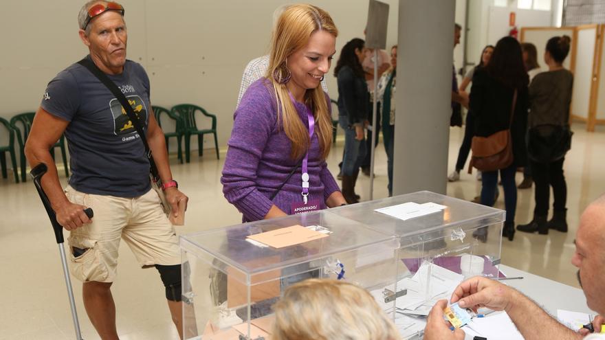 La diputada de Podemos Noemí Santana ejerce su derecho a voto (Alejandro Ramos)