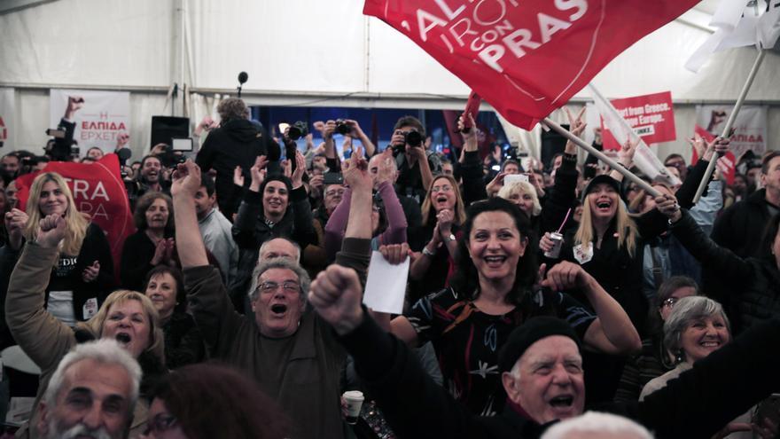 Euforia por los datos de los sondeos a pie de urna que conceden la victoria a Syriza, incluso con mayoría absoluta. \ AP Photo/Lefteris Pitarakis