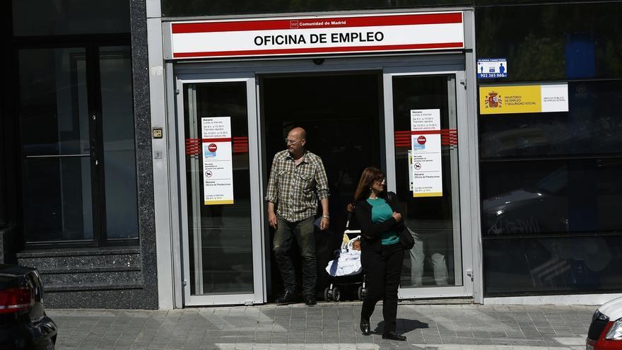 (Ampl.) El paro baja en 477.900 personas en 2014 y el empleo crece en 433.900, su primer alza desde 2007