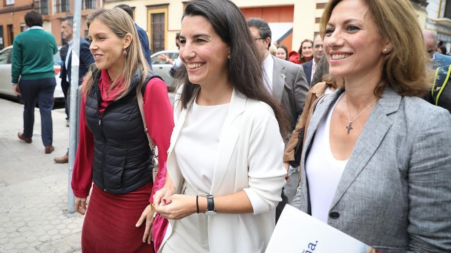 Monasterio, acompañada por la portavoz municipal de Vox Sevilla, Cristina Peláez, y la vicepresidete provincial y diputada en el Congreso, Reyes Romero