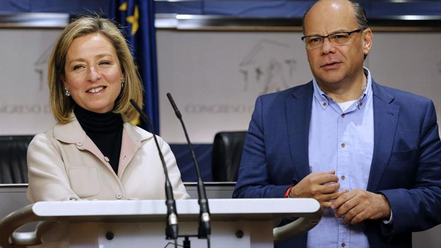 La portavoz de Coalición Canaria (CC) en el Congreso, Ana Oramas, acompañada del secretario general de Coalición Canaria, José Miguel Barragán. EFE/Ballesteros