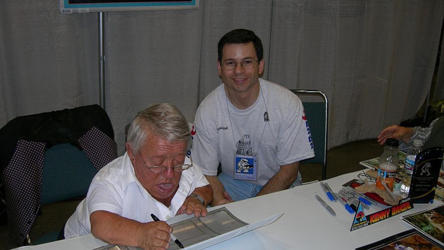 Kenny Baker firma un autógrafo a Victor Franco