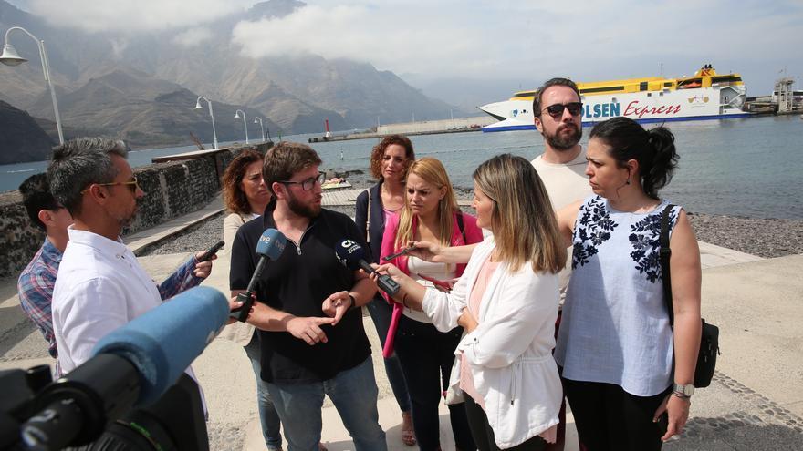 El candidato de Podemos a las elecciones europeas, Miguel Urbán, junto a Noemí Santana, aspirante a la Presidencia del Ejecutivo regional, atiende a los medios durante una visita al municipio grancanario de Agaete.