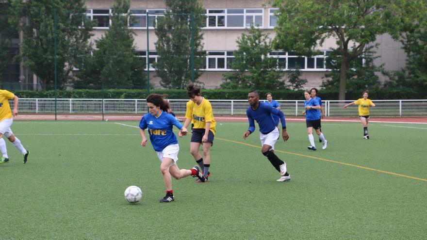 Diez equipos compuestos por refugiados de todo el mundo y equipos de fútbol solidarios, principalmente femeninos, jugaron un torneo el sábado 4 de junio en París en apoyo a los refugiados LGBT | Luna Gámez.