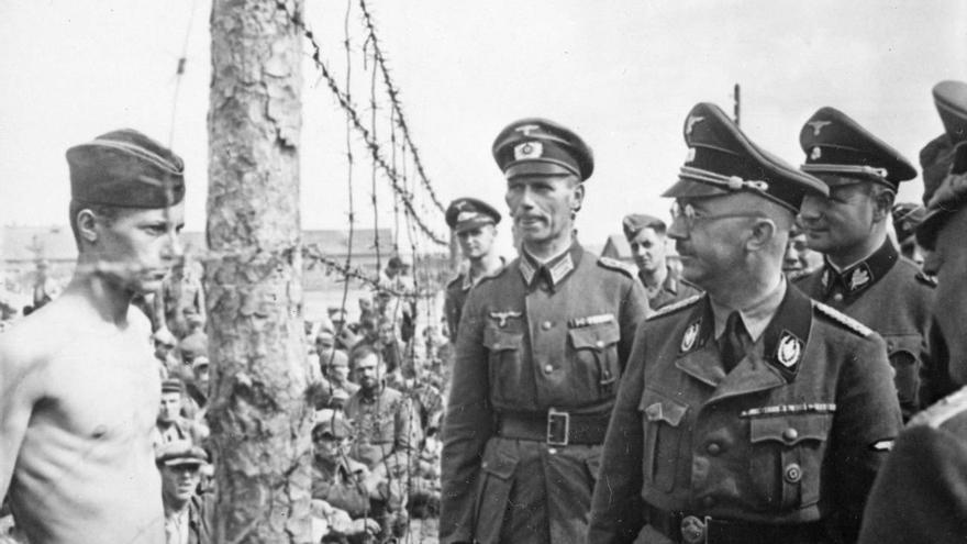 Heinrich Himmler (en primer plano, con gafas) estuvo al mando de las SS y fue el responsable de la creación del instituto Ahnenerbe, que aspiraba a legitimar el credo rascista con datos científicos proporcionados por sus investigadores.
