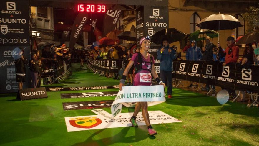 Gemma Arenas cruza la línea de meta en primer lugar (© Ultra Pirineu / Gemma Pla).