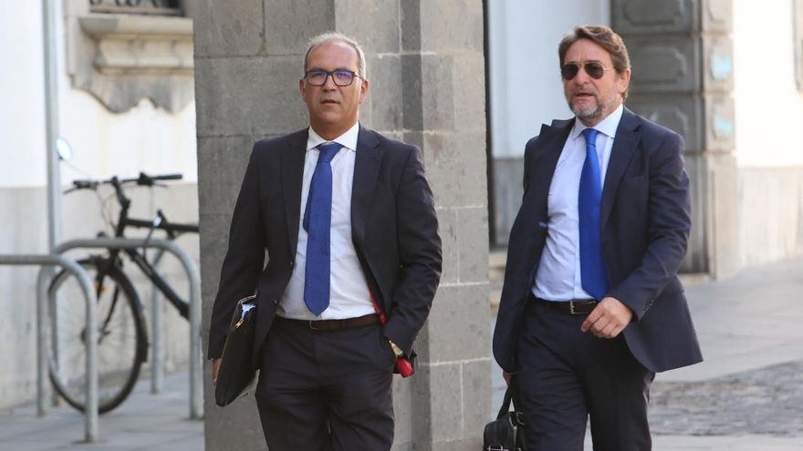 El juez Salvador Alba, junto a uno de sus abogados, antes de declarar en el TSJC. (ALEJANDRO RAMOS)