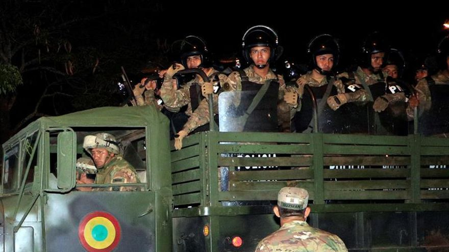 Militares y policías ya patrullan en las calles de Bolivia