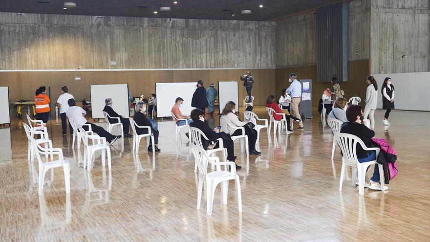 Archivo - Varias personas, en un dispositivo de vacunación masiva frente al Covid-19, en el Palacio de Exposiciones y Congresos de Santander