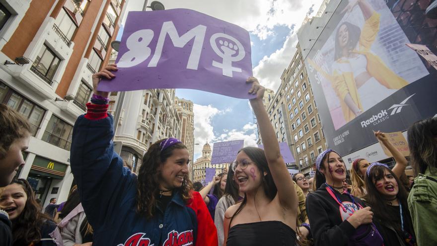 Dos estudiantes sostienen una pancarta durante la manifestación del 8M