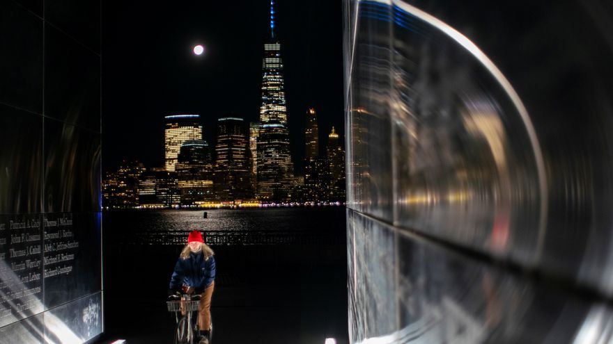La torre del World Trade Center vista desde Jersey City bajo la luna llena.