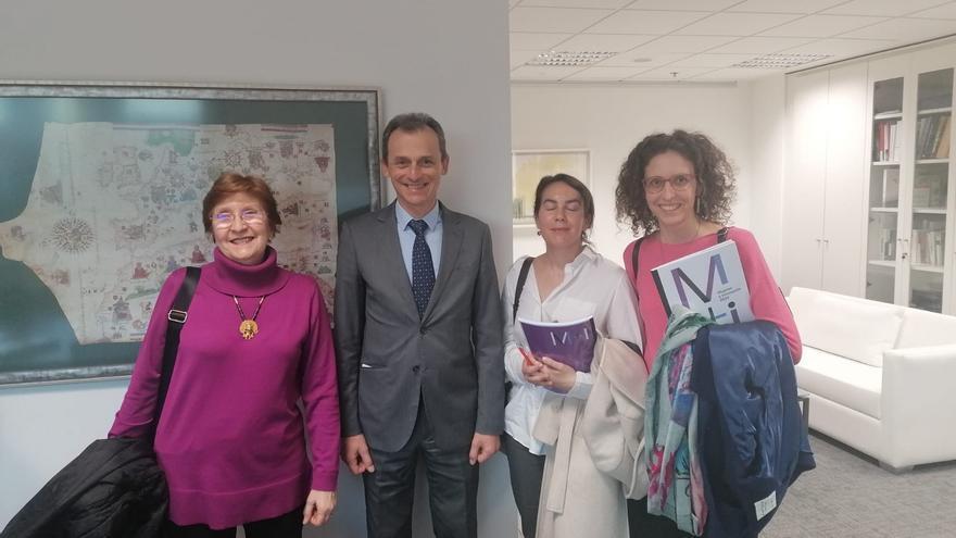 Las investigadoras Paula Otero Hermida, Carolina Cañibano Sánchez y Elena Castro Martínez junto al ministro Pedro Duque.