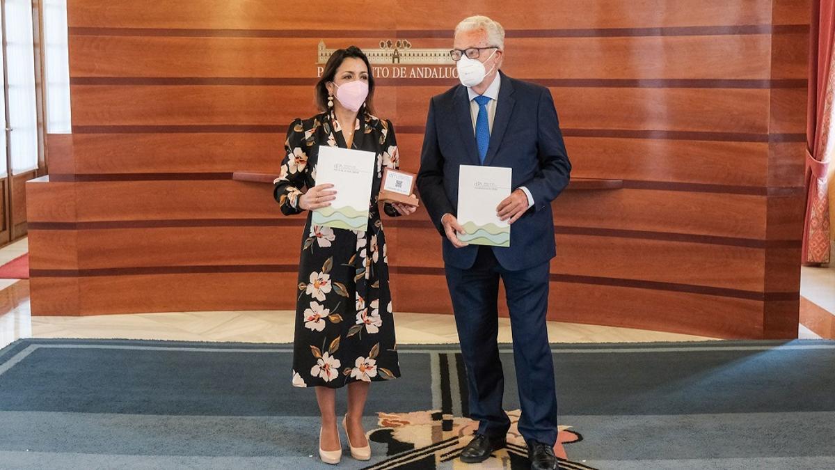 La presidenta del Parlamento, Marta Bosquet, recibe de manos de Jesús Maeztu, Defensor del Pueblo Andaluz, el informe anual de esa Institución correspondiente al año 2020