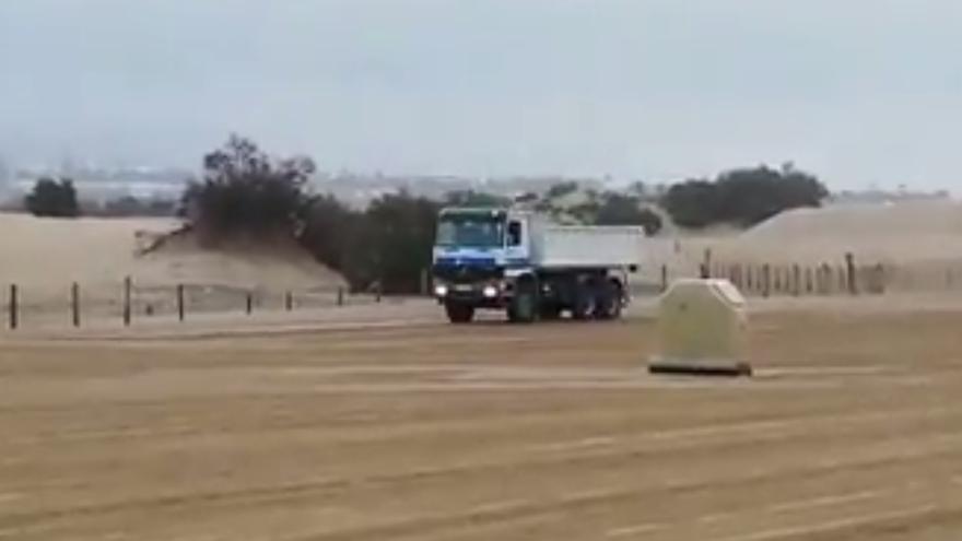 El PP confunde camiones de limpieza de playas con extracciones de arena de las Dunas de Maspalomas