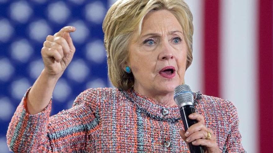 Clinton llama a la unidad contra la violencia tras asesinato de tres policías