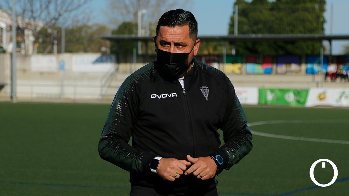 Ariel Montenegro, antes de un partido del Córdoba Femenino.