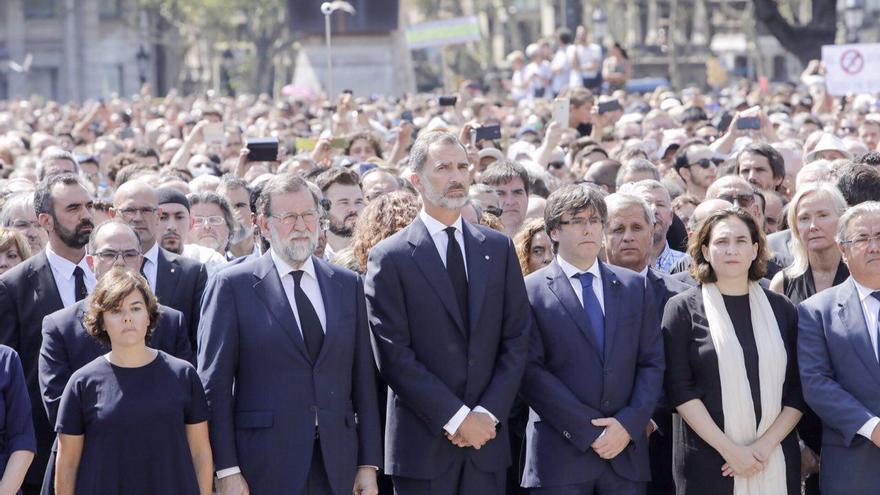 Sáez de Santamaría, Rajoy, Felipe VI, Puigdemont y Colau durante el minuto de silencio en la plaza Catalunya en Barcelona
