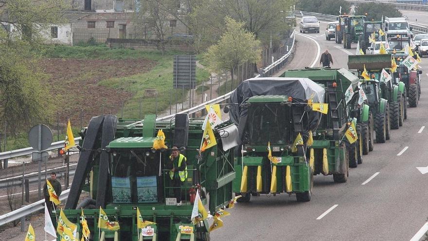 """Centenares de tractores y cosechadoras se movilizaron en abril en Andújar para denunciar que la PAC """"ataca el campo andaluz"""""""