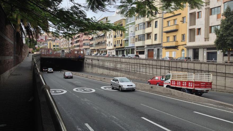 Dos heridos al volcar un vehículo en el túnel de Julio Luengo
