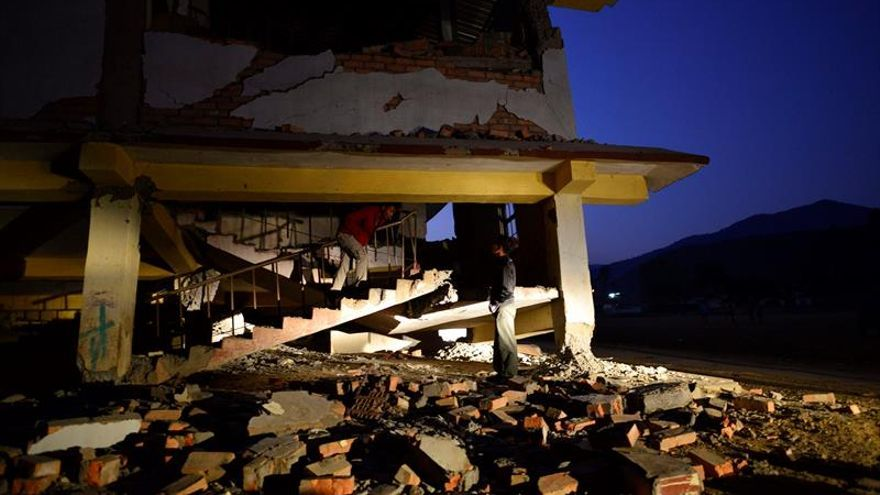 Al menos 18 muertos y varios edificios hundidos en el terremoto en Indonesia