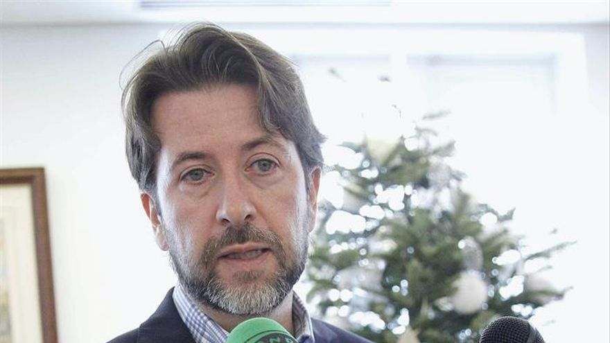 El presidente del Cabildo de Tenerife, Carlos Alonso, atiende a la prensa.