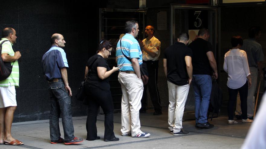 Cola para entrar a los Juzgados de lo Social de Madrid. MARTA JARA