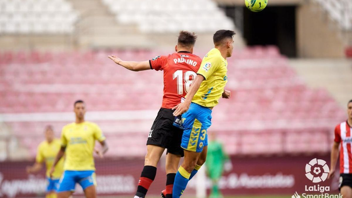 Sergi Cardona despeja un balón en Las Gaunas