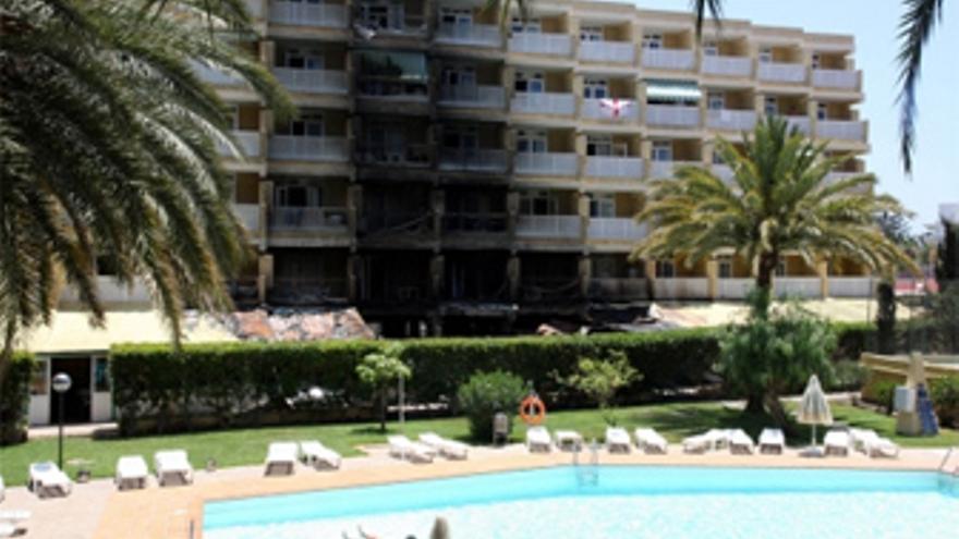 Un incendio obliga a evacuar un hotel en playa del ingl s for Apartamentos jardin del atlantico playa del ingles