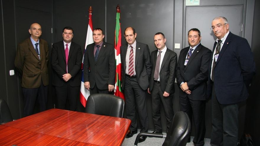 Una delegación de la Diputación de Barcelona visita a la Ertzaintza para conocer el papel de las policía forales