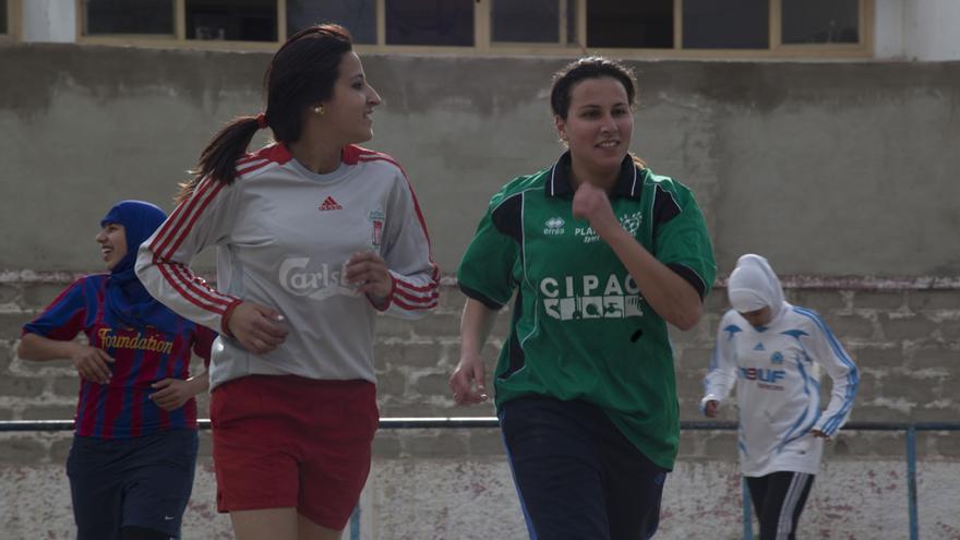 Zineb Srairi, a la derecha, en un fotograma del documental 'Tager Gool'.