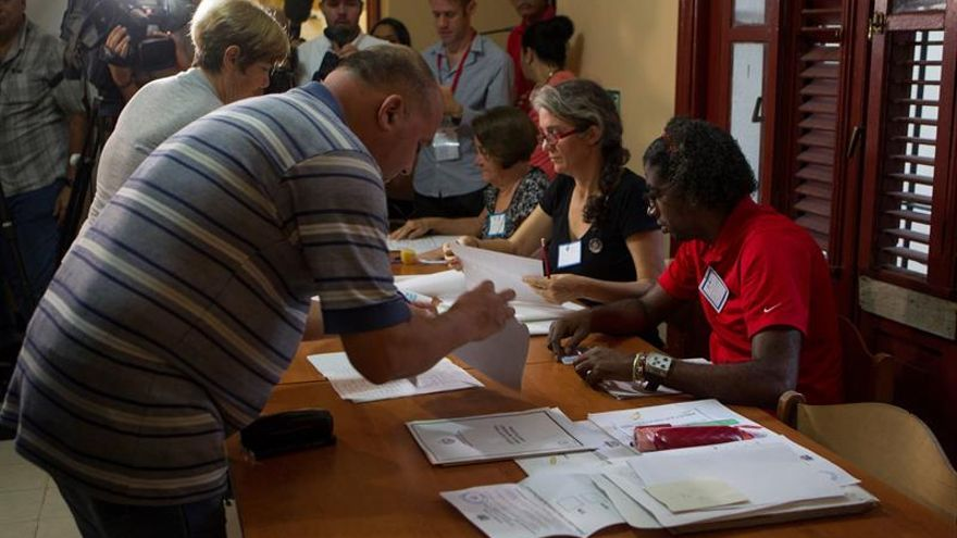 Los cubanos votan en el referéndum sobre la nueva Constitución de la isla.