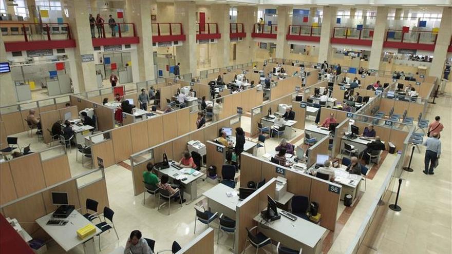 Las administraciones tienen 19.960 empleados públicos más que hace un año