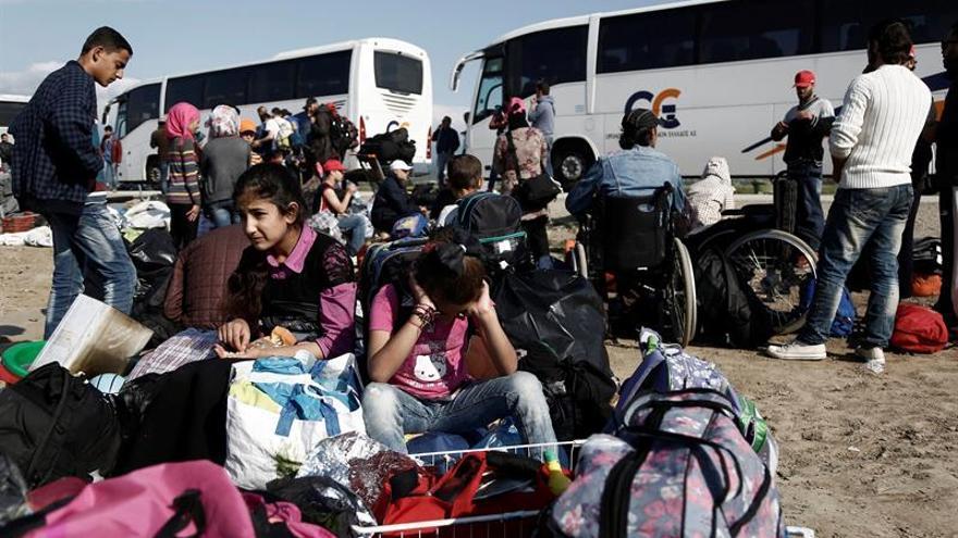 Varios refugiados esperan a ser trasladados a un centro oficial en Grecia. Imagen de archivo. | FOTO: EFE