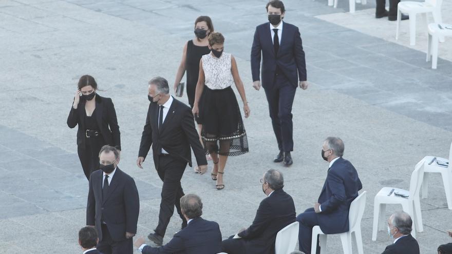 La presidenta de la Comunidad de Madrid, Isabel Díaz Ayuso (1i); el presidente de Canarias, Ángel Víctor Torres (4d); y la presidenta de Navarra, María Chivite (3d), entre otros presidentes autonómicos, a su llegada a la ceremonia de Estado para homenajea