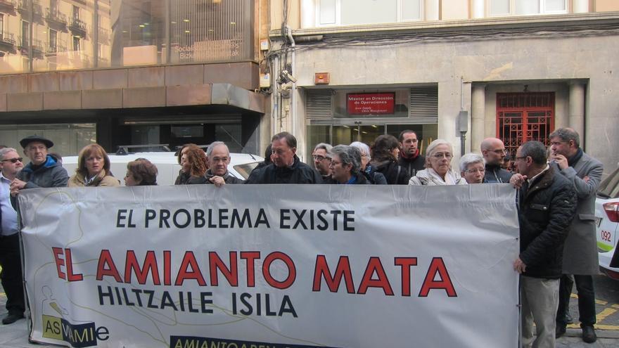 """Una concentración en Bilbao denuncia que el amianto """"mata"""" y recuerda que """"el problema existe"""" aún"""