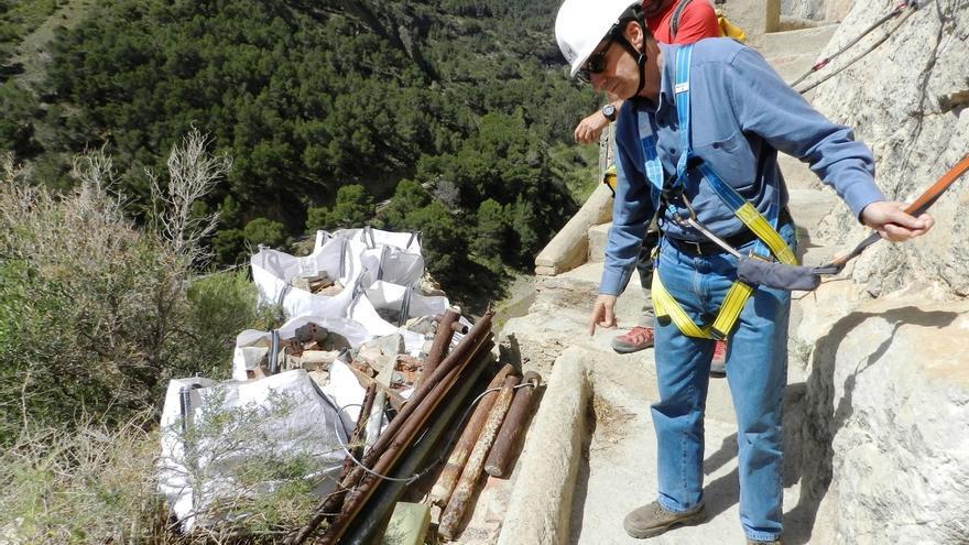 Alpinistas que trabajan en las obras del Caminito del Rey retiran 20 toneladas de escombros de la pasarela