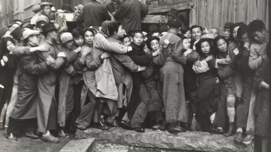 'Multitud esperando delante de un banco para sacar el oro durante los últimos días de Kuomintang', Shanghái, China, diciembre 1948. © Henri Cartier-Bresson/Magnum Photos, cortesía Fundación Henri Cartier-Bresson