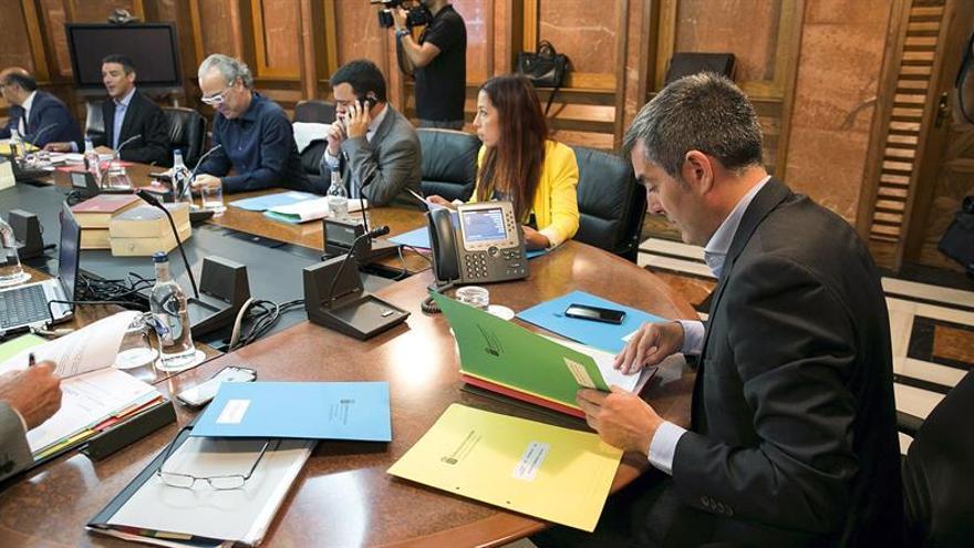 El presidente del Ejecutivo regional, Fernando Clavijo (d), preside la reunión del Consejo de Gobierno.EFE/Quique Curbelo