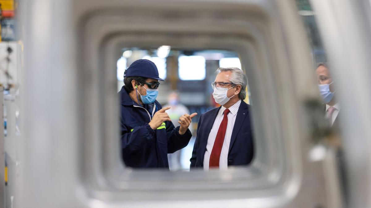Alberto Fernández durante una visita a una fábrica
