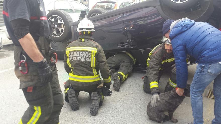 Herido leve al volcar su coche cuando conducía por Laredo