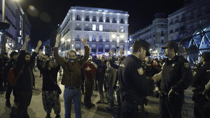 Una decena de personas secunda la concentración del 15M en la Puerta del Sol