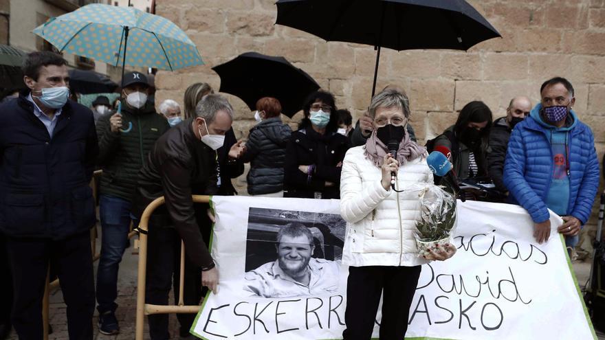 Familiares y amigos guardan un minuto de silencio en recuerdo de Beriain