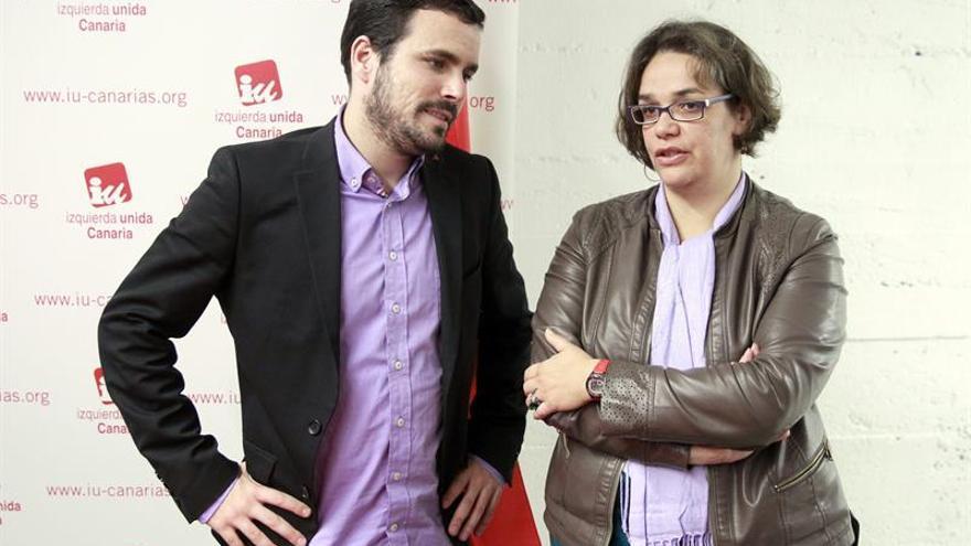 Alberto Garzón junto a Luisa Tamayo de la direccion de IU en Tenerife./ EFE