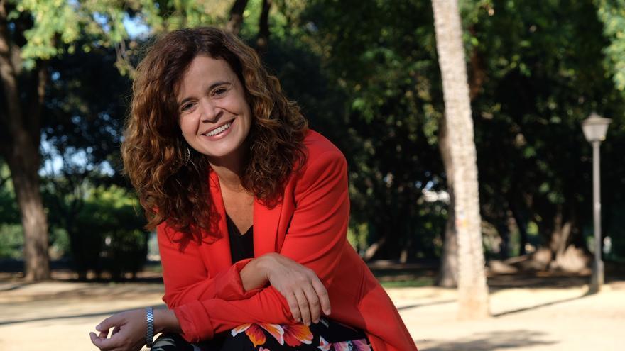 Esperanza Gómez, candidata de Más País al Congreso por Sevilla, en el Parque de los Príncipes de Sevilla.
