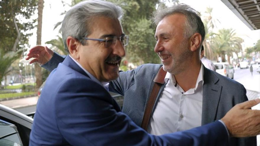 El nuevo secretario general del PSC-PSOE, Ángel Víctor Torres (d), se reunió hoy con el presidente de Nueva Canarias, Román Rodríguez.