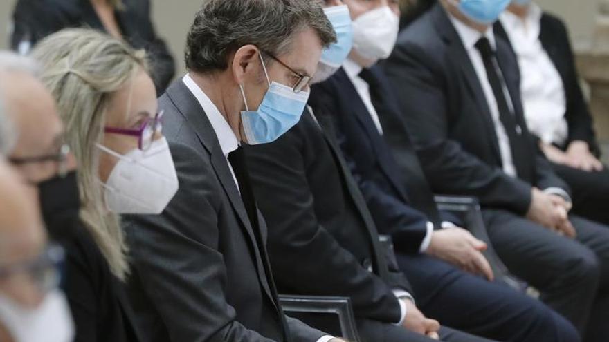 El presidente de la Xunta, Alberto Núñez Feijóo, (c) junto a las principales autoridades gallegas en el homenaje a los fallecidos por la pandemia de la Covid-19 esta mañana en Santiago de Compostela.